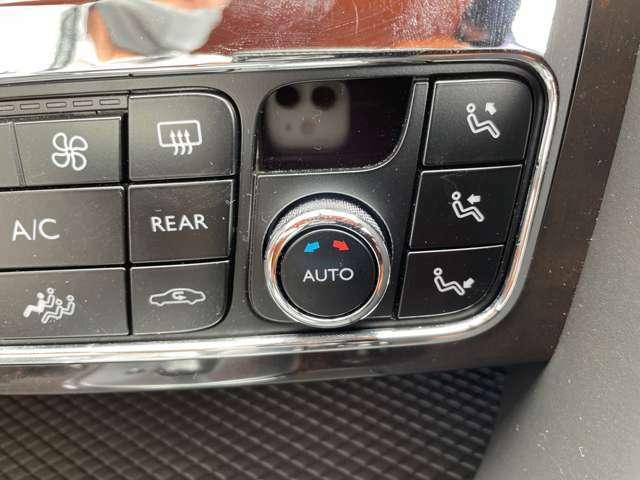運転席、助手席独立式のエアコンパネルになります。