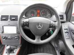 コンパクトに見えますが、運転席はとっても余裕のある作りです。操作ボタンも押しやすい場所に配置してあって、初心者の方や運転に自信の無い方でも、安心してお乗り頂けると思います。