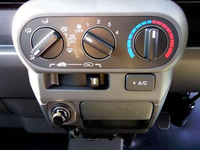 マニュアルエアコン 手に届きやすい所で、簡単操作のダイヤル式コントロールダイヤルなのでオールシーズンお好みの温度調整ができます。