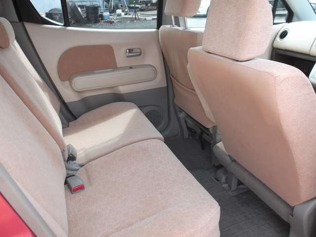 後部座席の内装もとても綺麗です☆フルフラットシートを活用すれば大きなお買い物の時も安心ですね!