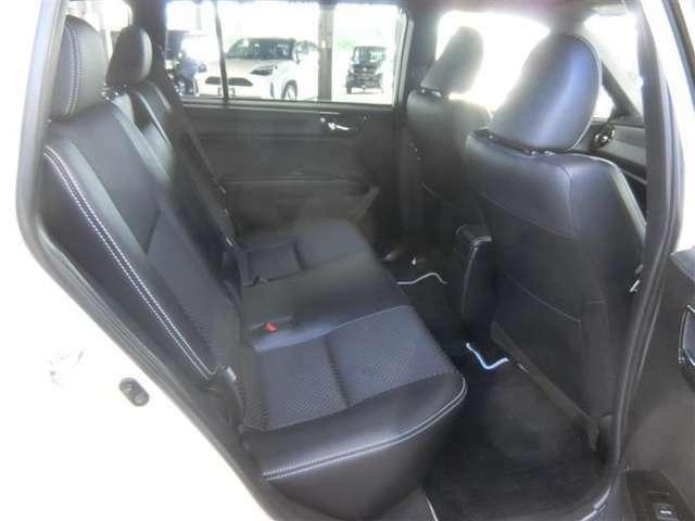 リヤシートは前席のシートバックを見直し、座る人の膝まわりがゆったりするようになっています。