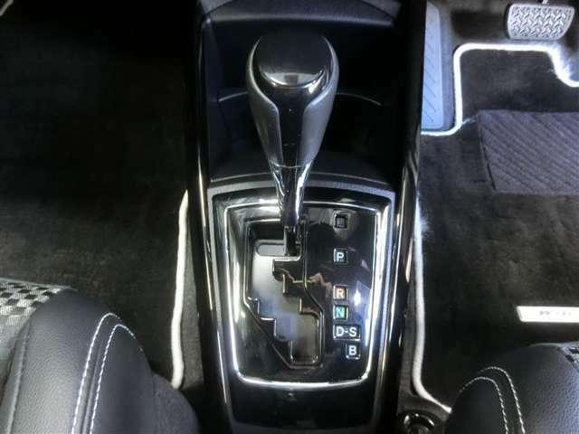 ゲート式フロアシフトのCVTオートマチック車です。