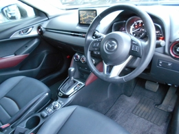 黒を基調として赤のアクセントがスポーティな雰囲気のコクピット!シートに正対したペダル配置、オルガン式アクセルペダルなど、長距離運転でも疲れにくい設計です!