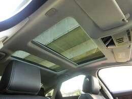 ■ルーフ部分を大きくガラスが覆うパノラミックグラスルーフが備わり、インテリアの印象を開放的に演出いたします。■ルーフ部の汚れや、車内の気になるニオイもなく、清潔な印象です。■除菌&オゾンクリーニング済