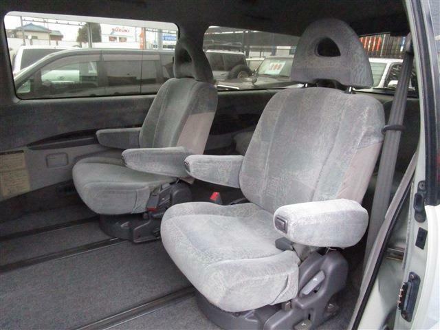 セカンドシートはキャプテンシートとなっております☆左右それぞれに肘置きも付いています♪