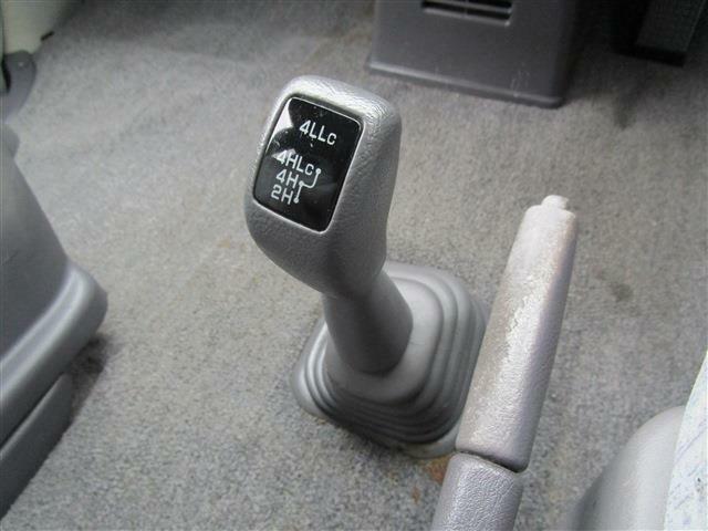 足元にはトランスファー切り替えレバーも配置!2WD/4WDの切り替えも可能です♪