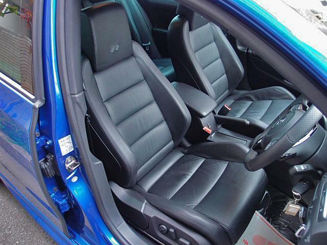 ブラックレザースポーツシートは程良いホールド性で安定感のあるドライブをサポートします!
