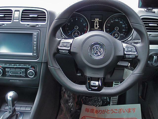 マルチファンクションレザーステアリング!クルーズコントロールも装備されロングドライブも快適です!