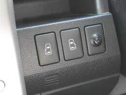 【 両側電動スライドドア 】小さなお子様でもボタン一つで楽々乗り降り出来ます♪駐車場で両手に荷物を抱えている時でもボタンを押せば自動で開いてくれますので、ご家族でのお買い物にもとっても便利な人気装備
