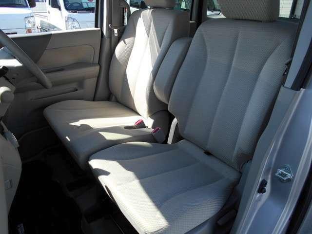 運転席、助手席、後部座席ともにシートの破れやシミ汚れなども無くとても綺麗な状態です!