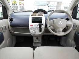 インパネシフトですので、運転席足元もゆったり、広々快適です♪助手席へのウォークスルーも楽々可能!