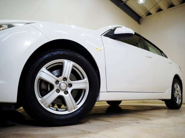 ホイルは社外16インチアルミホイルになります。タイヤは夏冬セットでお付けしますので、余計な出費もかさまず安心です。タイヤサイズ195-65-16。