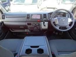 運転席エアバッグ/ABS/キーレス/イモビライザー/VSC(横滑り防止装置)/電動格納式ドアミラー/フロントエアコン/純正ナビ/純正ETC/純正ドライブレコーダー/純正フロアマットが装備されています。