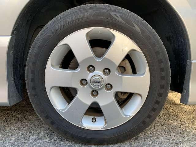 タイヤは純正16インチAWにノーマルタイヤをはいており、タイヤ山はおおよそ各4分山程度、タイヤサイズは195/60R16、スペアタイヤ積込みです。 自信のあるお車ですので、是非試乗をしにご来店下さい!
