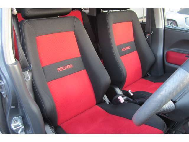 運転席のシートも汚れや焦げ穴も無くキレイな状態となっております!