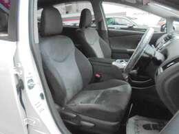 ★フロントシートです。運転席には座面の上下調節が可能なハイトアジャスターが装備されております。車内にタバコ臭のような嫌な臭い等も無く綺麗な状態です。
