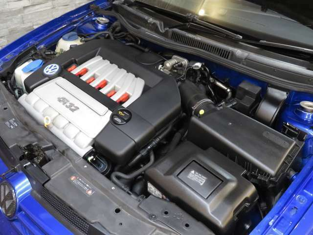 ゴルフ4R32のエンジンはDOHCのゴルフ5R32のエンジンとは違い、SOHCです。SOHCの魅力はその素朴な吹け上がりとサウンド。はっきり言って、ハマります!
