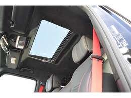 【スライディングルーフ】ガラスルーフが、明るさと開放感をもたらしてくれます。挟み込み防止機能を備えます。