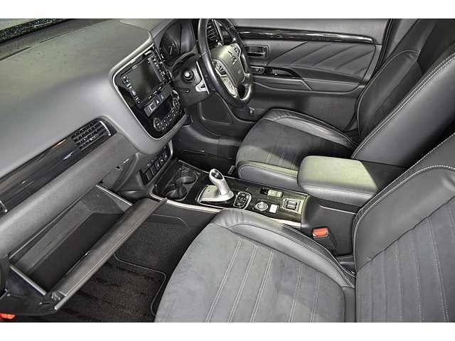 ホールド性の高いフロントシート!快適にドライブできますね! 電動シート(運転席)・シートヒーター(運転席&助手席)装備☆