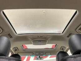 解放感溢れる【サンルーフ】☆車内には爽やかな風や太陽の穏やかな光が差し込みます☆++