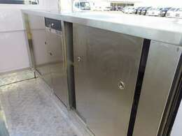 車内のカウンター下は全体に扉付き収納になっています!!