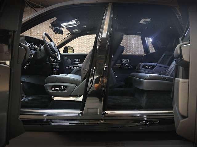Rolls Royceの特徴でもあるコーチドア。もちろん前後とも閉じる際には電動です。