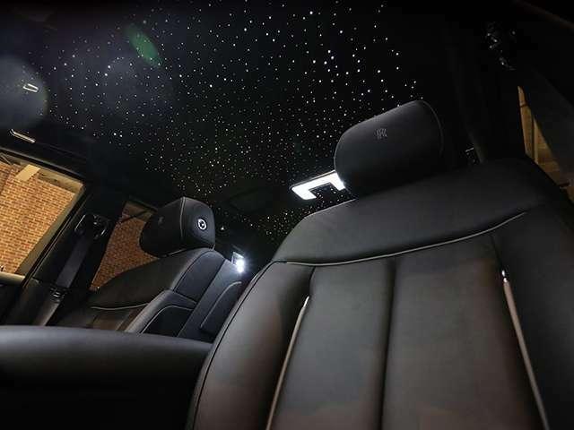 天井にはスターライトヘッドライトナーが装着されています。
