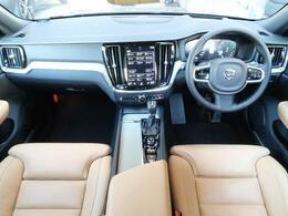 V60 T5 インスクリプションのぺブルグレーメタリックが入庫いたしました!上級グレードのこのお車、内外装の状態良好!シートヒーター・シートクーラー、360°ビューなど装備充実の一台!