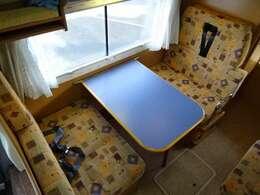 ☆ダイネットテーブル展開☆対面シートに展開出来て、食事などお楽しみ頂けます♪