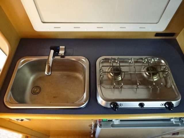 ☆シンク&コンロ☆シンクは給水が20Lポリタンク×2個・排水はタンク式50Lとなります♪コンロはLPガスボンベ式の2つ口コンロとなっております♪