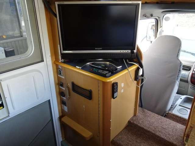 エントランスドア入って左側にはTV・DVDデッキ・地デジアンテナがあります。その下は下駄箱となっております♪