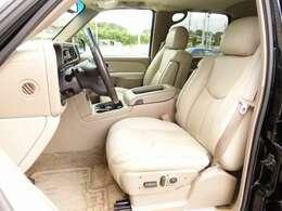 運転席、助手席シートは電動にて調整可能なパワーシートにシートヒーター、シートメモリー完備。ブラック外装色に合うベージュレザーシートは切れなども御座いません。全国でも希少価値の高い一台となります