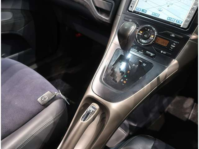 【内外装クリーニング】快適に気持ち良くご乗車いただく為に、見えないところまで徹底洗浄しています。