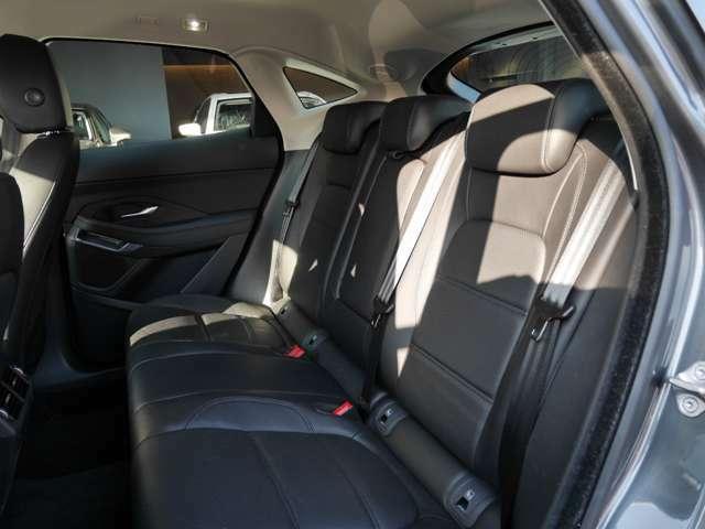 後席本革シートです!キレイに使用されております。シートバックが6:4分割可倒式ですので、荷室が広がります。