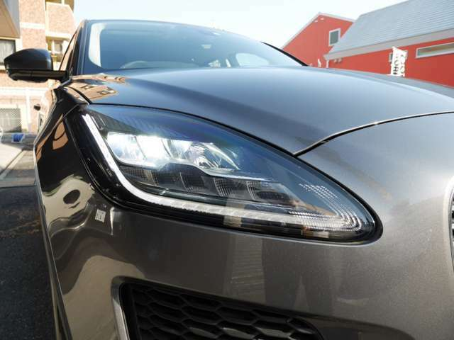 「J」ブレードのLEDヘッドランプです。夜道や悪天候でも視認性がよく、明るく運転できます。