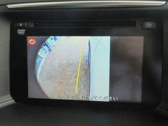 左ドアミラーにはサイドカメラを標準装備しています。運転席からでは確認が難しい左フロントタイヤ近辺をルームミラーに設置されたモニターへと映し出します。
