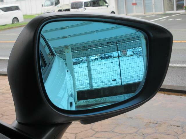 オプション品のブルーミラーも装備されています。ブルー色によって夜間後続車のヘッドランプの眩しさを軽減してくれます。より快適なドライブをサポートしてくれるアイテムです。