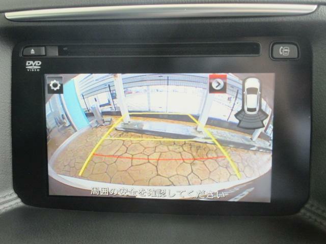 バックカメラの映像はナビへと映し出されます。大きな画面で確認ができて安心です!左ドアミラーにはサイドカメラを装備しています。運転席からでは確認が難しい左フロントタイヤ近辺をモニターへと映し出します。