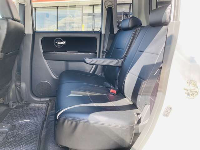 後部座席ベンチシートになっておりますので、チャイルドシートも付きますよ!!