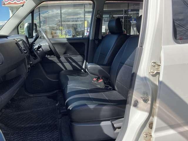 運転席助手席ともに広々スペースです。