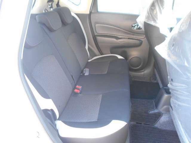 後部座席は足元広々でゆったりと乗れるスペースです♪