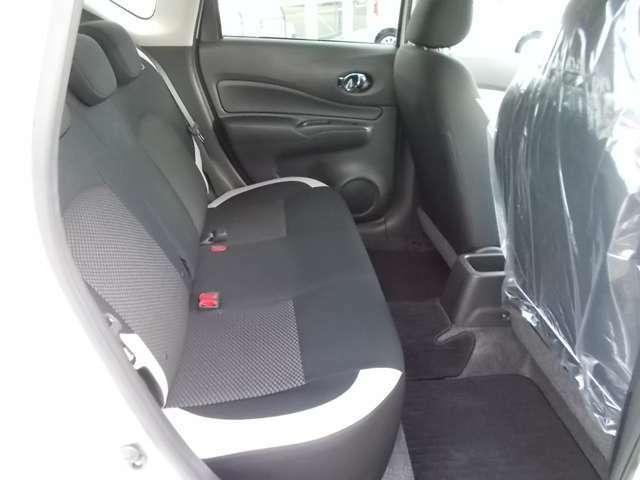 ゆったりとしたリアシートで快適ドライブを!