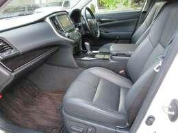 高年式の禁煙車ですので綺麗な車内空間です。黒本革ベンチレーションシートや上級オプションのトヨタプレミアムサウンド、安全装備の「アドバンスドパッケージ」を装備しております。