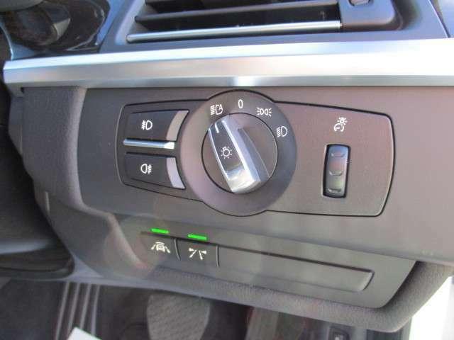 運転席右側にはオートライト機能付きヘッドライトコントロールスイッチが装備されています!このダイヤルを右に一つ回すとポジションライト!さらに回すとヘッドライト!ご覧の写真はオートライト設定時の様子です!