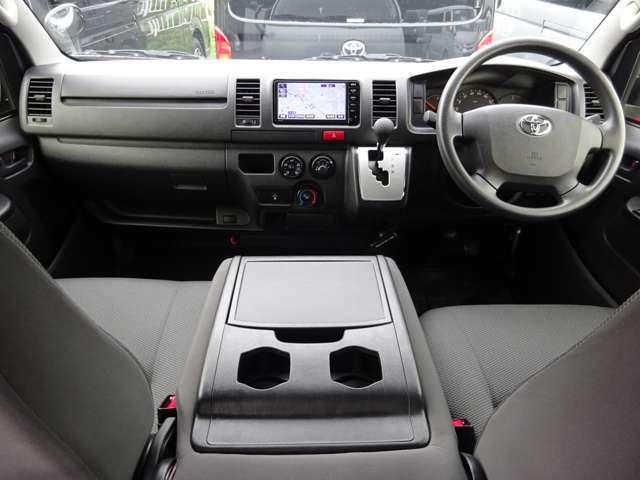 6速AT/Wエアバッグ/ABS/キーレス/イモビライザー/電動格納式ドアミラー/フロントエアコン/リヤクーラー/リヤヒーター/純正フロアマットが装備されています。