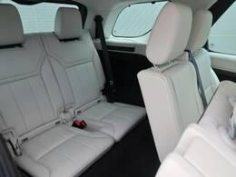 【フルサイズ7シート】3列に分かれた7人乗りのシートは簡単に展開可能です。空間を巧みに利用する様々な工夫が乗る人すべてにファーストクラスの乗り心地を提供します。