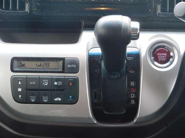 シフトの画像です!エンジンのスタート・ストップはプッシュ式です!エアコンもオートタイプで便利です!中古車は現品限り一点ものです!まずは実車をご覧ください!