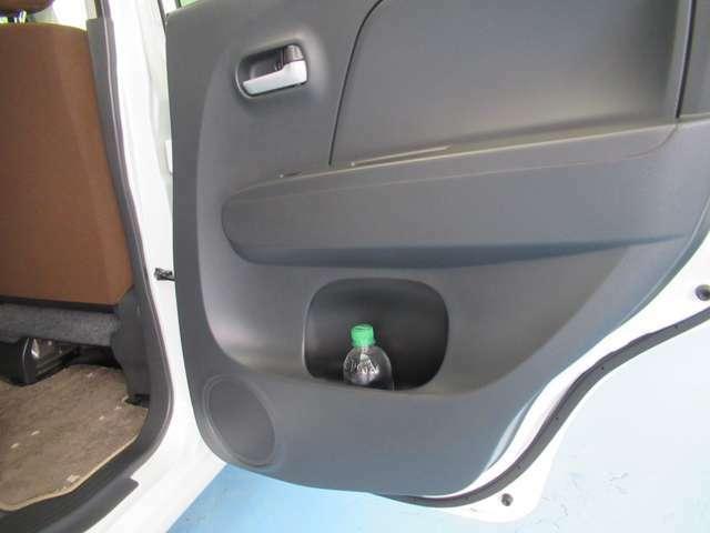 ドアポケットにペットボトルが置け便利です。
