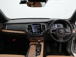 人気のXC90 D5 AWDインスクリプションが入庫いたしました。純正19インチアルミホイールとディーゼルエンジンの組み合わせは、より走る歓びと優れた燃費性能を両立させたモデルとなっています。