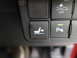 【運転席ロングスライドシート】運転席と後席のウォークスルーや、運転席に座った状態での後席へのアクセスなど、まったく新しい動線を実現します。